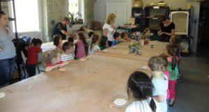 Visite en groupe de l'atelier de poterie de Gas