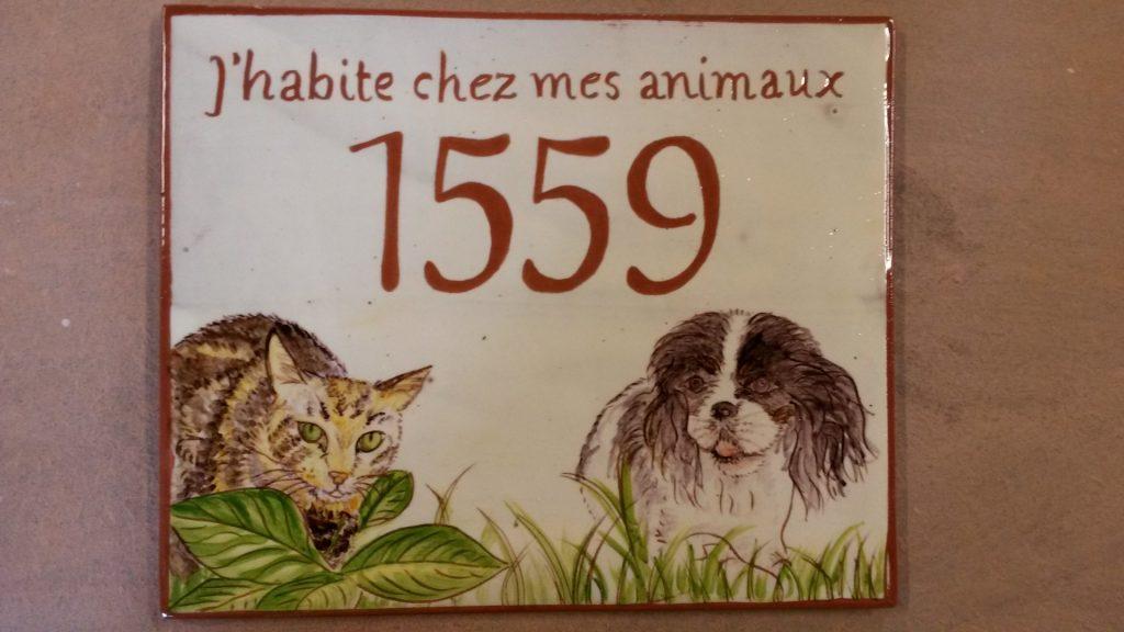 Numéro de porte personnalisé avec dessin de chien et chats