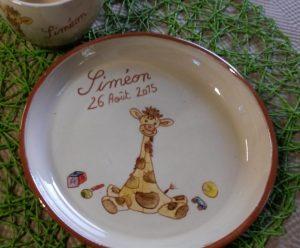Assiette personnalisée avec un prénom et décoration girafe pour un baptême