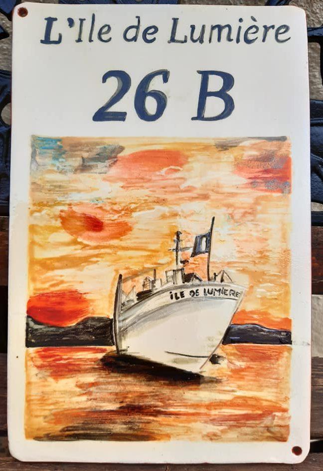 plaque de maison personnalisée numéro 26B avec bateau et couché de soleil